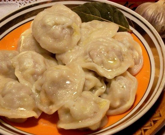 Пельмени рецепт пошаговый с фото с пельменницей: http://cook-recipe.ru/vtorie-blyuda/2593-pelmeni-recept-poshagovyj-s-foto-s-pelmennicej.html