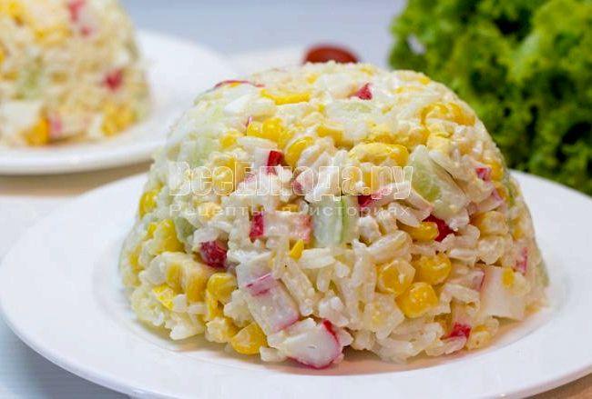 Крабовый салат рецепт с кукурузой и рисом с фото пошагово