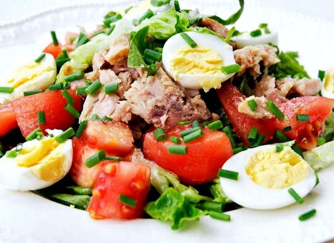 Салат с тунцом консервированным и яйцом